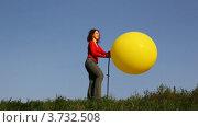 Купить «Женщина стоит на лугу и надувает шар ножным насосом», видеоролик № 3732508, снято 10 марта 2011 г. (c) Losevsky Pavel / Фотобанк Лори