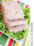 Купить «Паштет из свинины со свежими листьями салата», фото № 3734644, снято 26 июля 2012 г. (c) Юлия Маливанчук / Фотобанк Лори