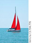 Яхта с алыми парусами в синем море (2012 год). Редакционное фото, фотограф Константин Бредников / Фотобанк Лори
