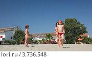 Купить «Молодая женщина в бикини играет в жмурки с детьми на песочном пляже», видеоролик № 3736548, снято 10 апреля 2006 г. (c) Losevsky Pavel / Фотобанк Лори