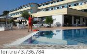 Купить «Девушка выходит из отеля к бассейну», видеоролик № 3736784, снято 16 июня 2011 г. (c) Losevsky Pavel / Фотобанк Лори