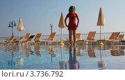 Купить «Девушка делает фитнес-упражнения для шеи и плеч у бассейна с водой», видеоролик № 3736792, снято 30 мая 2011 г. (c) Losevsky Pavel / Фотобанк Лори