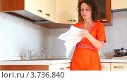 Купить «Девушка на кухне вытирает салфеткой тарелку и помещает ее в шкафчик», видеоролик № 3736840, снято 31 мая 2011 г. (c) Losevsky Pavel / Фотобанк Лори