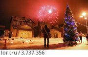 Купить «Салют в небе во время встречи Нового года, на улице стоит высокая рождественская елка», видеоролик № 3737356, снято 16 июля 2011 г. (c) Losevsky Pavel / Фотобанк Лори