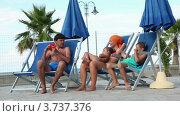 Купить «Родители и дети сидят в шезлонгах и разговоривают», видеоролик № 3737376, снято 25 мая 2011 г. (c) Losevsky Pavel / Фотобанк Лори