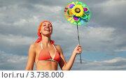 Купить «Женщина стоит с игрушкой в руках», видеоролик № 3738000, снято 21 мая 2011 г. (c) Losevsky Pavel / Фотобанк Лори