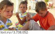 Купить «Дети едят леденцы», видеоролик № 3738052, снято 20 мая 2011 г. (c) Losevsky Pavel / Фотобанк Лори