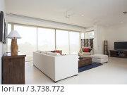Интерьер современной гостиной с окном во всю стену. Стоковое фото, фотограф Дмитрий Эрслер / Фотобанк Лори