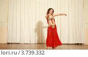 Купить «Босая женщина танцовщица в красном платье во время выступления», видеоролик № 3739332, снято 5 июня 2011 г. (c) Losevsky Pavel / Фотобанк Лори