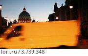 Купить «Автомобили едут по дороге по направлению к Храму Святого Питера в Риме ночью», видеоролик № 3739348, снято 14 июля 2011 г. (c) Losevsky Pavel / Фотобанк Лори