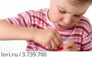 Купить «Маленькая девочка играет с головоломкой на белом фоне», видеоролик № 3739700, снято 10 августа 2011 г. (c) Losevsky Pavel / Фотобанк Лори