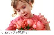 Купить «Маленькая девочка трогает лепестки роз в букете  на белом фоне», видеоролик № 3740848, снято 4 мая 2011 г. (c) Losevsky Pavel / Фотобанк Лори