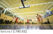 Купить «Молодые спортсмены играют в баскетбол в  Российском Университете Физкультуры, Спорта и Туризма», видеоролик № 3740932, снято 23 июня 2011 г. (c) Losevsky Pavel / Фотобанк Лори