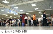 Купить «Люди с багажом в аэропорту Леонардо Да Винчи-Фиумичино в Италии», видеоролик № 3740948, снято 19 мая 2006 г. (c) Losevsky Pavel / Фотобанк Лори