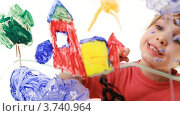 Купить «Девочка рисует картину на прозрачном  стекле», видеоролик № 3740964, снято 13 мая 2011 г. (c) Losevsky Pavel / Фотобанк Лори