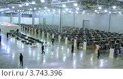 Купить «Люди, идущие по выставке-продаже одежды, тайм лапс», видеоролик № 3743396, снято 7 июня 2011 г. (c) Losevsky Pavel / Фотобанк Лори