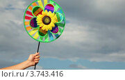 Купить «Рука держит вращающуюся игрушку», видеоролик № 3743416, снято 27 мая 2011 г. (c) Losevsky Pavel / Фотобанк Лори