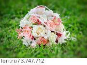 Свадебный букет на траве. Стоковое фото, фотограф Алексей Казнадей / Фотобанк Лори