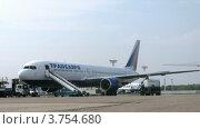 Купить «Рабочие проверяют техническое состояние самолета в аэропорту Домодедово, таймлапс», видеоролик № 3754680, снято 27 сентября 2011 г. (c) Losevsky Pavel / Фотобанк Лори