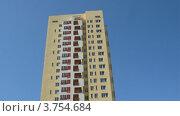 Купить «Жилой многоэтажный дом на фоне голубого неба, таймлапс», видеоролик № 3754684, снято 14 августа 2011 г. (c) Losevsky Pavel / Фотобанк Лори