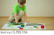 Купить «Маленький мальчик рисует пальцами на листе бумаги на полу», видеоролик № 3755116, снято 6 сентября 2011 г. (c) Losevsky Pavel / Фотобанк Лори