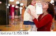 Купить «Мама держит активную дочку на руках», видеоролик № 3755184, снято 18 октября 2011 г. (c) Losevsky Pavel / Фотобанк Лори