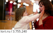 Купить «Мама с дочкой играют в ладоши», видеоролик № 3755240, снято 27 октября 2011 г. (c) Losevsky Pavel / Фотобанк Лори