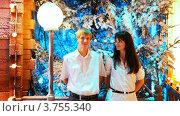 Купить «Молодая пара на фоне заснеженных деревьев», видеоролик № 3755340, снято 22 октября 2011 г. (c) Losevsky Pavel / Фотобанк Лори