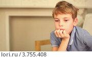 Купить «Маленький мальчик сидит на стуле в студии», видеоролик № 3755408, снято 24 августа 2011 г. (c) Losevsky Pavel / Фотобанк Лори