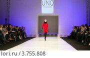 Купить «Модель на подиуме в красном платье из UNIQUE Collection», видеоролик № 3755808, снято 6 сентября 2011 г. (c) Losevsky Pavel / Фотобанк Лори