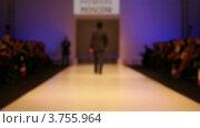 Купить «Мужчина демонстрирует одежду, расфокус», видеоролик № 3755964, снято 10 сентября 2011 г. (c) Losevsky Pavel / Фотобанк Лори