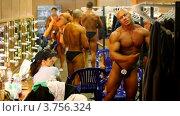 Купить «Бодибилдеры в раздевалке», видеоролик № 3756324, снято 13 декабря 2011 г. (c) Losevsky Pavel / Фотобанк Лори