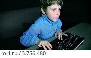 Купить «Маленький мальчик играет в видео игры на большом экране с клавиатурой», видеоролик № 3756480, снято 25 декабря 2011 г. (c) Losevsky Pavel / Фотобанк Лори