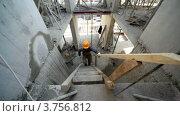 Купить «Строитель идет наверх по деревянной лестнице на второй этаж», видеоролик № 3756812, снято 30 августа 2011 г. (c) Losevsky Pavel / Фотобанк Лори