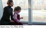 Купить «Мать и дочь на корабле смотрят в окно», видеоролик № 3756916, снято 14 сентября 2011 г. (c) Losevsky Pavel / Фотобанк Лори