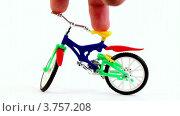 Купить «Два пальца держат игрушечный велосипед на белом фоне», видеоролик № 3757208, снято 18 октября 2011 г. (c) Losevsky Pavel / Фотобанк Лори