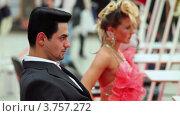 Купить «Мужчина с удивительной прической и женщина в розовом платье  на XVII Международном фестивале Мир красоты 2010», видеоролик № 3757272, снято 30 сентября 2011 г. (c) Losevsky Pavel / Фотобанк Лори