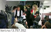 Купить «Лидер группы Hi-Fi держит в руках торт в бутике SERGIO BELLINI», видеоролик № 3757352, снято 20 сентября 2011 г. (c) Losevsky Pavel / Фотобанк Лори