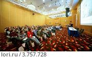 Купить «Джонатан Росс и Лаура Марчбэнкс выступают перед аудиторией», видеоролик № 3757728, снято 31 октября 2011 г. (c) Losevsky Pavel / Фотобанк Лори