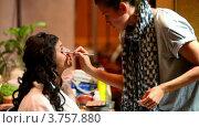 Купить «Визажист делает макияж женщине на Конференции STOCKinRUSSIA 2010», видеоролик № 3757880, снято 10 ноября 2011 г. (c) Losevsky Pavel / Фотобанк Лори