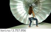 Купить «Девушка с длинными волосами и в джинсах танцует на фоне отражателя в фотостудии», видеоролик № 3757956, снято 22 ноября 2011 г. (c) Losevsky Pavel / Фотобанк Лори
