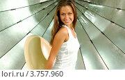 Купить «Девушка с длинными волосами и в джинсах вращается на стуле на фоне отражателя в фотостудии», видеоролик № 3757960, снято 24 ноября 2011 г. (c) Losevsky Pavel / Фотобанк Лори