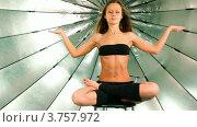 Купить «Девушка сидит со сложенными ногами и поднятыми руками», видеоролик № 3757972, снято 27 ноября 2011 г. (c) Losevsky Pavel / Фотобанк Лори