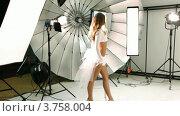Купить «Девушка в белом платье ходит по фото студии», видеоролик № 3758004, снято 24 ноября 2011 г. (c) Losevsky Pavel / Фотобанк Лори