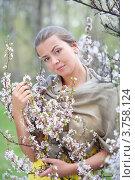 Портрет девушки около цветущего дерева. Стоковое фото, фотограф Михеев Павел / Фотобанк Лори