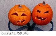 Купить «Ужасные тыквы для хэллоуина со горящей свечой внутри», видеоролик № 3759340, снято 3 декабря 2011 г. (c) Losevsky Pavel / Фотобанк Лори
