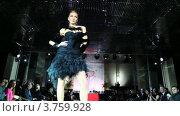 Купить «Модель в платье с накидкой на плечах на подиуме на Вечере французской моды», видеоролик № 3759928, снято 9 октября 2011 г. (c) Losevsky Pavel / Фотобанк Лори
