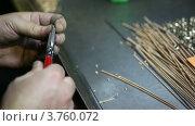 Купить «Работник держит в руках проволоку», видеоролик № 3760072, снято 1 сентября 2011 г. (c) Losevsky Pavel / Фотобанк Лори