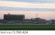 Купить «Самолетов АЭРОФЛОТА стоят на поле возле здания аэропорта, тайм лапс», видеоролик № 3760424, снято 4 октября 2011 г. (c) Losevsky Pavel / Фотобанк Лори