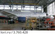 Купить «Фотограф делает снимок самолета Аэрофлота в ангаре, тайм лапс», видеоролик № 3760428, снято 4 октября 2011 г. (c) Losevsky Pavel / Фотобанк Лори